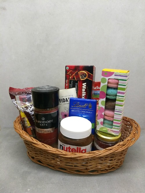 Luxe basket (with macaroons)